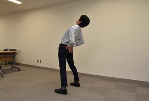 これだけ体操を実演する松平浩さん