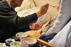 特別養護老人ホームで暮らす妻の口…