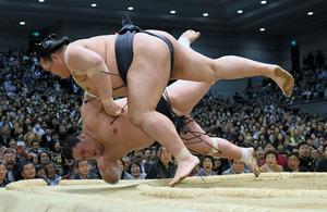 負傷の稀勢の里、逆転優勝 決定戦で照ノ富士破る