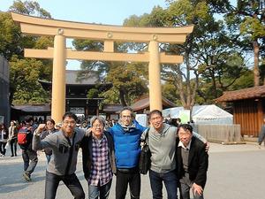 森田さん(中央)を見舞うため、大…