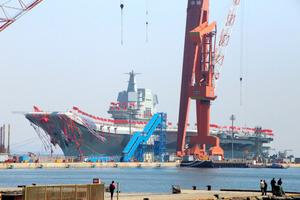 中国初の国産空母が進水式 甲板をぐるりと囲む赤い旗