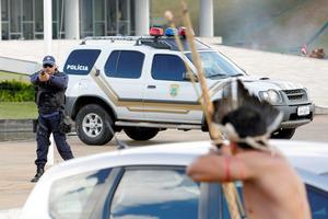 ブラジル先住民、警官隊を弓矢で攻撃 抗議デモが衝突に