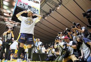 田臥、涙のV 「子どもに夢を」引っ張り続けたバスケ界