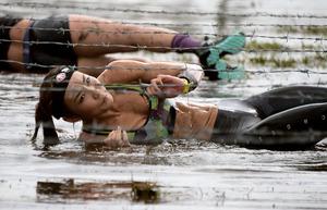 たとえ火の中、泥の中… 過酷すぎる大人の障害物競走
