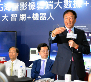 鴻海会長、東芝入札で日本政府批判 新聞破り怒りあらわ
