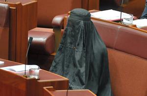 豪右翼政党の党首、ブルカ姿で仰天要求 議場は一時騒然