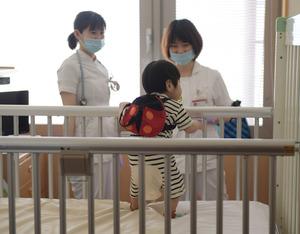 退院の朝、病室で看護師さんに見送…