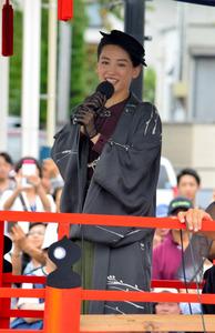 「八重の桜」縁続く 綾瀬さん、4年連続会津まつり出陣