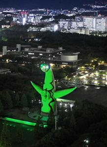 緑色にライトアップされた太陽の塔…