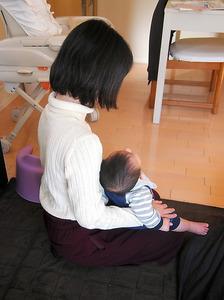 男児と女性。昨年5月に出産した=…