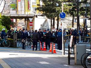刃物で暴れる男「撃つなら撃て」 警官発砲し負傷 大阪