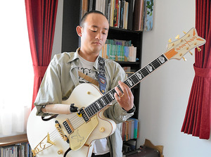 ギター用に改良した義手で演奏する…