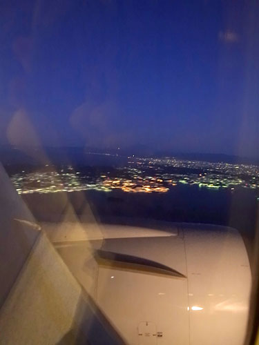 写真:羽田へ向けて降下していく機内から見た東京の早朝の景色。かなり綺麗なイルミネーションでした(電子機器使用が禁止になる前に撮影したものです)