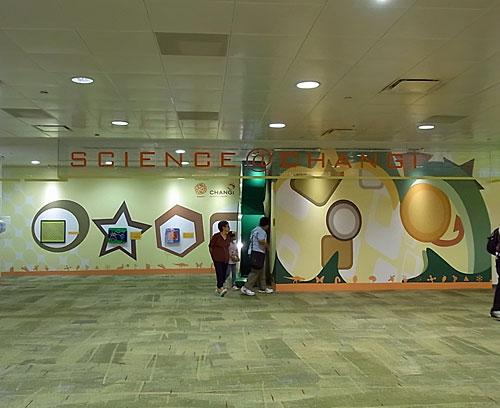 写真:空いたスペースを使って、シンガポール・サイエンス・センターの出張ブースも