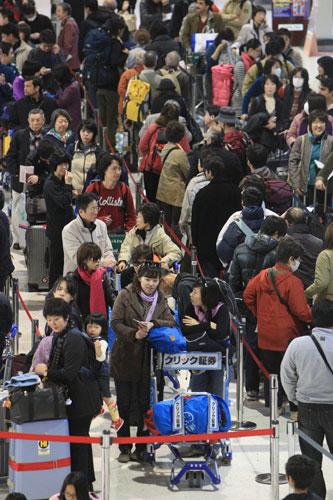 写真:昨年暮れの成田空港の出国ラッシュ