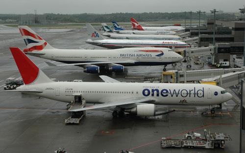 写真:成田空港の第2ターミナルにずらりと駐機した飛行機。発着枠は圧倒的に成田のほうが多い