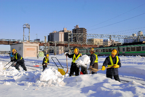 写真:列車の遅れや運休が減らせるよう、JR北海道の作業員は晴れた日にも予防除雪に余念がない=札幌市東区