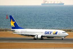 写真:札幌から到着したスカイマーク機=1日午前11時5分、愛知県常滑市の中部空港、佐藤写す