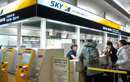 写真:空港ロビーにはスカイマークの出発カウンターが新設され、初運航となる札幌便への搭乗を受け付けた=1日午前6時10分、愛知県常滑市の中部空港、佐藤写す
