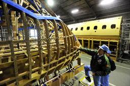 写真:段ボールで作られた国産ジェット旅客機MRJの模型=名古屋市港区、恵原弘太郎撮影