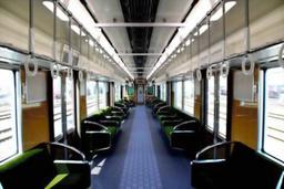 写真:すべての車内照明にLEDを導入した阪急電鉄の車両。日立製作所と共同開発した=阪急電鉄提供