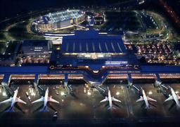 写真:使用が始まった羽田空港の新国際線旅客ターミナルには旅客機が並んでいた=21日午前5時36分、東京都大田区、朝日新聞社ヘリから、上田潤撮影
