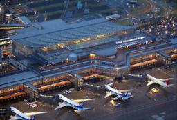 写真:使用が始まった羽田空港の新国際線旅客ターミナル。香港からの1番機(右から2機目)も到着した=21日午前5時50分、東京都大田区、朝日新聞社ヘリから、上田潤撮影
