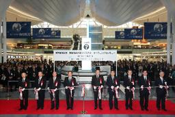 写真:羽田空港の新国際線旅客ターミナルのオープンを記念して開かれた式典には、大勢の関係者が集まった=21日午前6時42分、東京都大田区、遠藤啓生撮影
