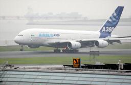 写真:羽田空港に初めて飛来したA380=10月15日