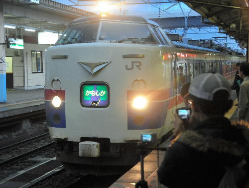 写真:秋田へ向けて出発する「かもしか6号」。「かもしか」の名で走るのは最後になる=3日午後3時45分、青森駅