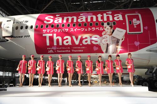写真:サマンサジェットの前に並んだ「サマンサアテンダント」たち=7日、大田区羽田空港、小原佐和子撮影