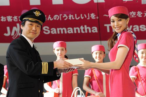 写真:JALの機長にバレンタインのプレゼントを手渡す蛯原友里さん=7日、大田区羽田空港、小原佐和子撮影