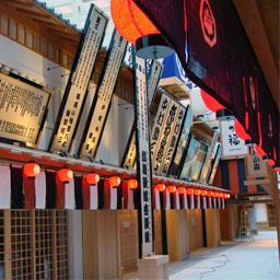 写真:江戸の町並みを模した「江戸小路」にはレストランなどが並ぶ
