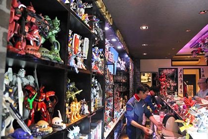 【Asahi.com article】【Today's English】Man's obsession leads to bar called 'holy place' for Gundam fans