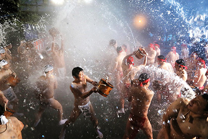 【Asahi.com article】【Today's English】Festival-goers at Yukake Matsuri get doused on frigid morning