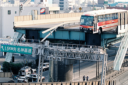 【Asahi.com article】【Today's English】Driver, woman who narrowly escaped death in quake still chat