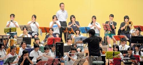 練習に力が入る県高校合同吹奏楽団=伊万里市民会館