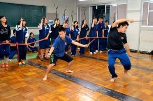 囃子に合わせる踊り手(前列)。本番ではひょっとこや岡目などのお面をつける=掛川市横須賀の横須賀高校