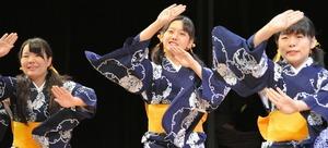 お小夜節を踊る南砺平高校郷土芸能部の生徒たち=富山市新総曲輪