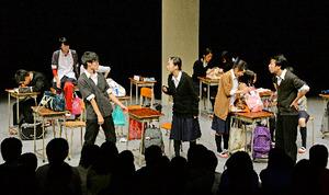 高校演劇地区大会の舞台で演じる鶴見商業高校の部員たち
