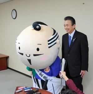 写真・図版 鈴木康友市長と並んで頭を下げる出世大名家康くん。触ると出世運が上がるとい... 家康
