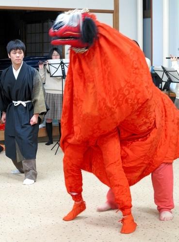 「獅子と土蜘蛛」を練習する郷土研究部の部員たち=右京区