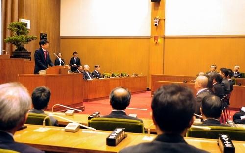 仕事納め式であいさつする田上富久市長(左)=長崎市議会