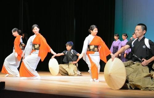 県高校文化祭で麦屋節を踊る中村真帆さん(左から2人目)と木村紅礼亜さん(左端)=富山市新総曲輪