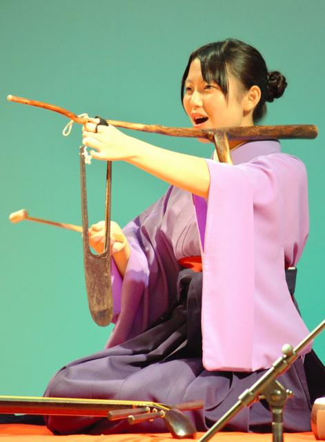 鍬鐘を奏でる高田葉月さん。澄んだ金属音が響き渡っていた=富山市新総曲輪