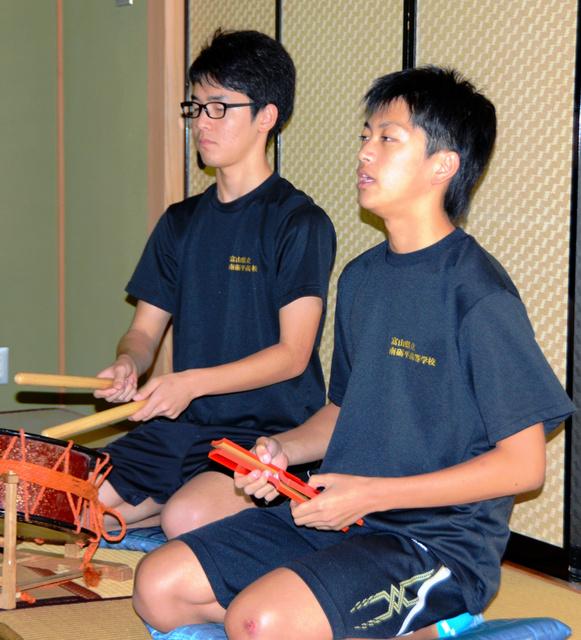 息を合わせて練習する石崎竜馬君(左)と河合十夢君=南砺市大島