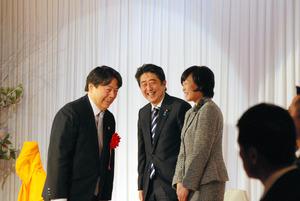 写真・図版 「新春の集い」の壇上で林芳正農水相(左)とあいさつを交わす安倍晋三首相。... 安倍