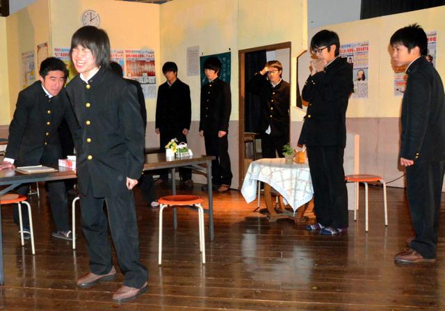 稽古に励む栃木高演劇部員=栃木市入舟町の栃木高