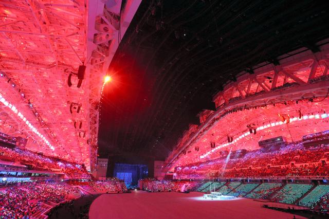 7日、ソチ五輪の開会式会場で鮮やかな光のショーが始まった=飯塚晋一撮影