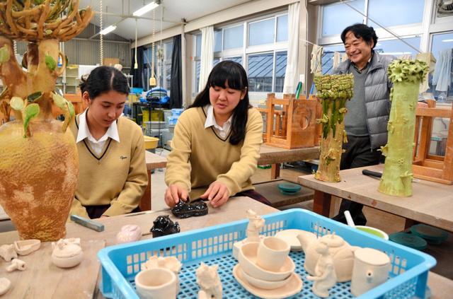 作品のテーマは自由。活動の場となる工芸棟にはこれまでの作品が並ぶ=菊川市東横地の小笠高校
